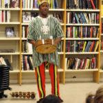 Musik och sagor med Celso Paco i Bagarmossens bibliotek